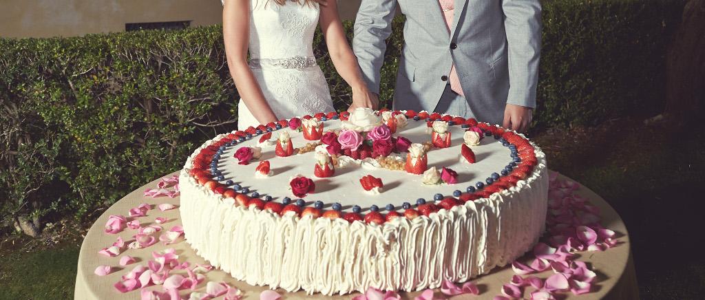 Wedding in Tuscany Cutting the Italian wedding cake copia 2